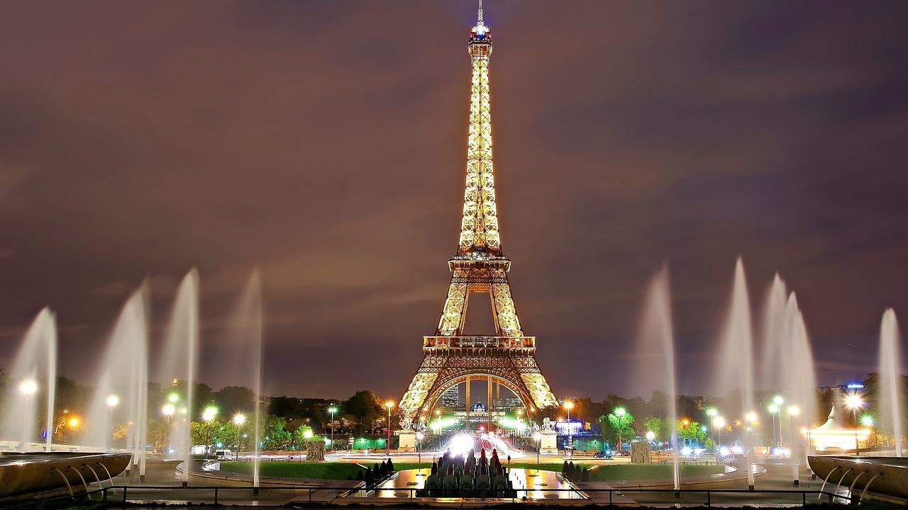 La tour Eiffel vue de nuit - Paris
