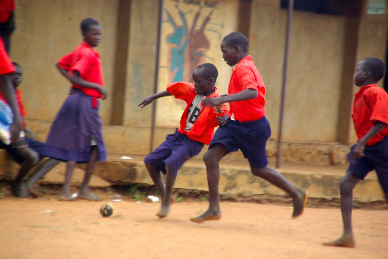 Des enfants en afrique jouant au football