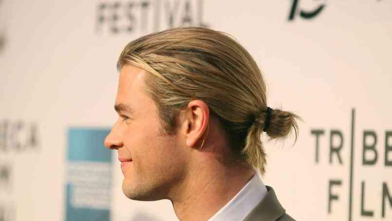 Cheveux blonds attachés en chignon