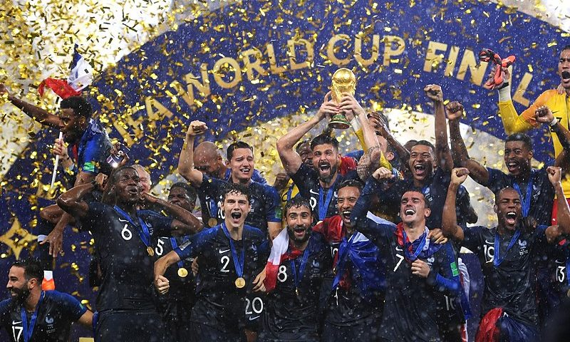 Les Bleus célébrant leur trophée